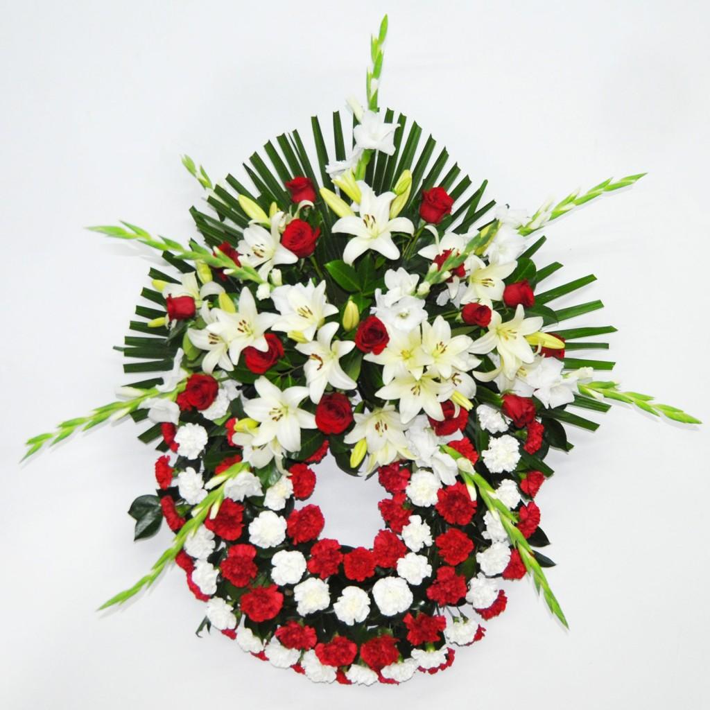 Corona de rosas rojas y lilium oriental